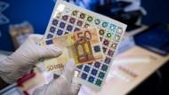 60 gefälschte 50-Euro-Noten haben die Polizisten bei der Durchsuchung sichergestellt.