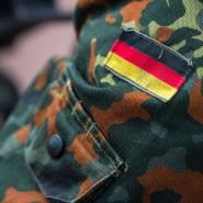Die Deutschlandfahne auf einer Soldatenuniform