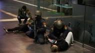 Polizisten der Bundespolizei sichern währen der Übung den Hauptbahnhof in Frankfurt ab.
