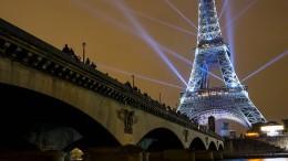 Eiffelturm erstrahlt in den Farben Japans
