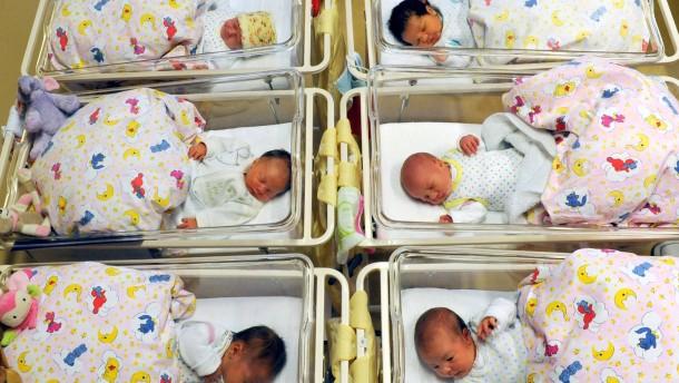 Schwules Paar kann von Leihmutter geborenes Kind anerkennen lassen