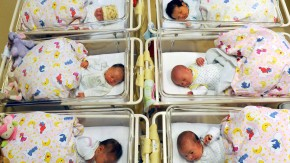 Wenige Stunden alte Neugeborene in einem Krankenhaus in Halle.