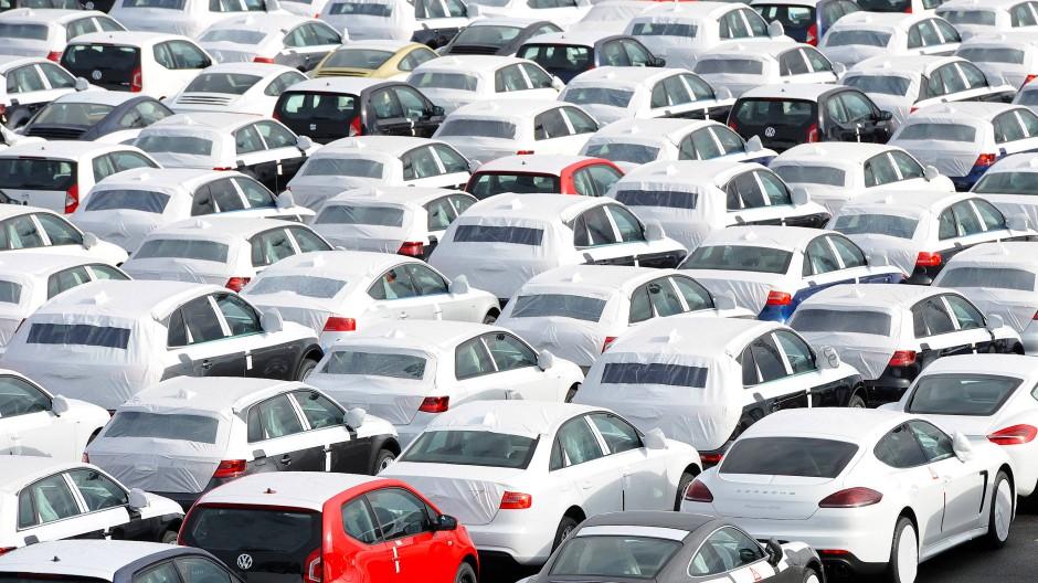 Neuwagen stehen auf dem Autoterminal von VW in Emden.