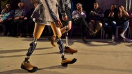 Zuly Rodriguez (links) wurde ohne Beine geboren, Daniel Barrios verlor sein Bein bei einem Unfall. Zusammen traten sie bei der Inklusions-Modeschau in Cali auf.
