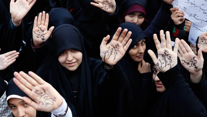 Mit religiösen Parolen auf ihren Handflächen demonstrieren junge Iranerinnen vergangenen Sonntag in Teheran gegen Amerika.