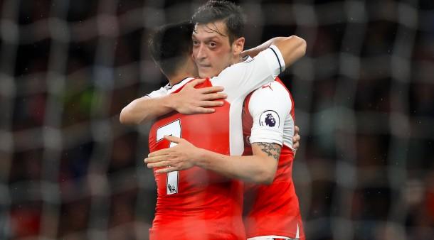 Mesut Özil freut sich über den Sieg gegen Sunderland.