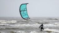 Gutes Wetter für Kite-Surfer in St. Peter-Ording.