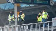 Polizisten sichern einen Bahnsteig des Kölner Hauptbahnhofs.