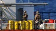 Soldaten der Bundeswehr stehen an Bord eines Tankers. (Archivfoto)