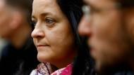 Angespannt: Beate Zschäpe wartet im Gerichtssaal zusammen mit ihrem Verteidiger Mathias Grasel auf die Urteilsverkündung.