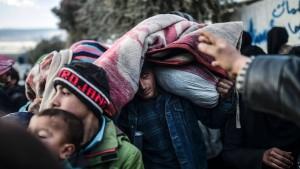 Zehntausende Syrer stranden an türkischer Grenze