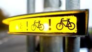 """Die drei Lampen des """"Bike Flash"""" sollen künftig LKW-Fahrer auf Radler hinweisen."""