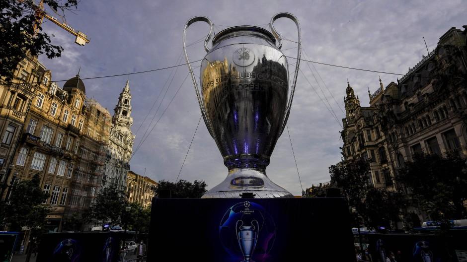 Ein übergroßer Champions-League-Pokal in der Endspielstadt Porto vor dem Finale zwischen Manchester City und dem FC Chelsea.