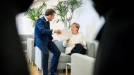 Hat der französische Präsident die deutsche Kanzlerin zu ihrem Glück gezwungen? Angela Merkel und Emmanuel Macron in Brüssel