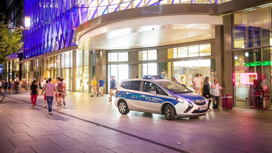 Noch immer ist laut Polizei unklar, wie genau sich der Übergriff auf das 20 Jahre alte Opfer auf der Frankfurter Zeil ereignet hat. (Symbolbild)