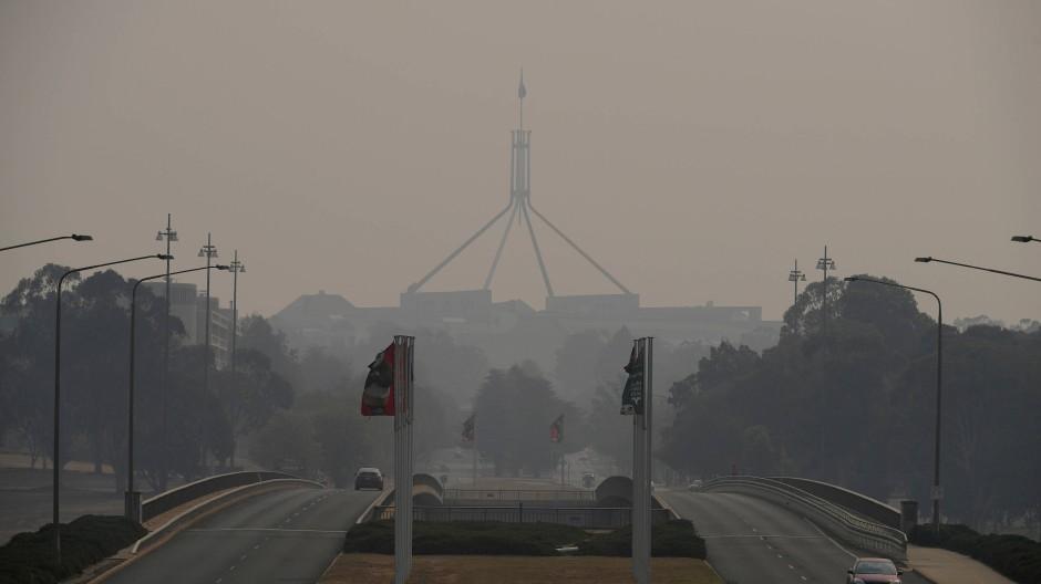 Dichter Qualm hängt über Australiens Hauptstadt Canberra: Der Flughafen musste wegen neuer Buschbrände schließen.