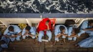 Flüchtlinge nach ihrer Rettung aus dem Mittelmeer