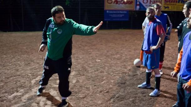 SV Muslime - Der Sportverein mit dem Sparten Fußball und Basketball bietet Sport in islamischer Atmosphäre, ohne Alkohol, in langen Hosen, mit gemeinsamen Gebeten und Duschen nur in Badehose.