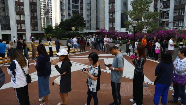 Lange Schlangen bei Wahlen in Hongkong