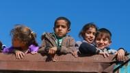 Bloß weg: Diese Kinder sind auf dem Weg von Mossul in das westlich von der Stadt gelegene Flüchtlingslager.