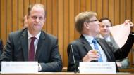 Minister Joachim Stamp (links) mit Justizminister Peter Biesenbach am Freitag in Düsseldorf
