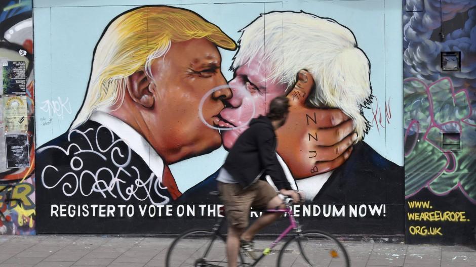 Graffiti-Kunst in Bristol: Boris Johnson und Donald Trump küssen sich.