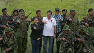 Inszeniert sich gern als Schlächter: Präsident Rodrigo Duterte beim Truppenbesuch.