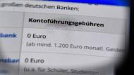 Immer mehr Banken verlangen Gebühren für die Kontoführung und Nutzung am Handy.