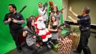 Gnadenbringend: Mitglieder des Scottsdale Gun Club im Jahr 2011 mit (ungeladenen) automatischen Handfeuerwaffen beim Fototermin mit dem Weihnachtsmann