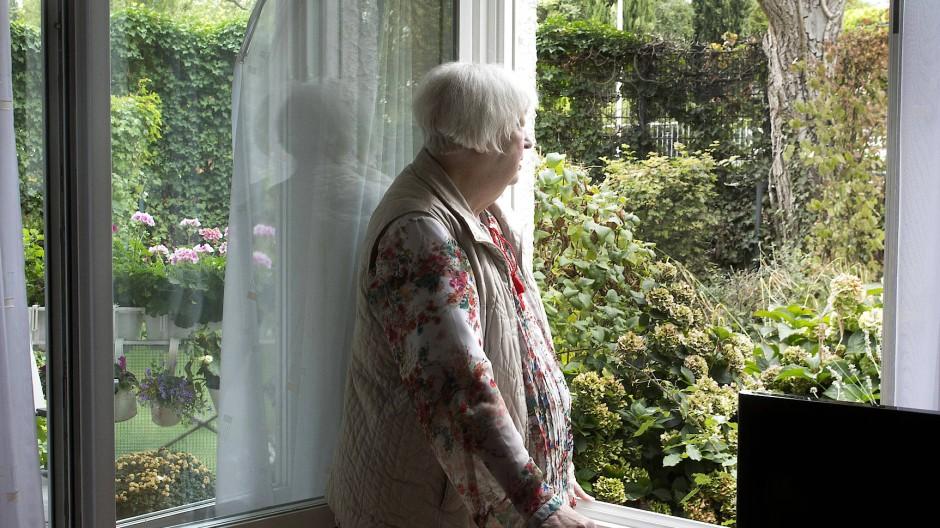 Zu wenig Kontakt zu anderen Menschen: In Zeiten der Pandemie fühlen sich viele ältere Menschen allein gelassen (Symbolbild).