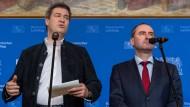 Der bayerische Ministerpräsident Markus Söder (CSU) und sein Stellvertreter Hubert Aiwanger (freie Wähler) während einer Pressekonferenz am Mittwoch.