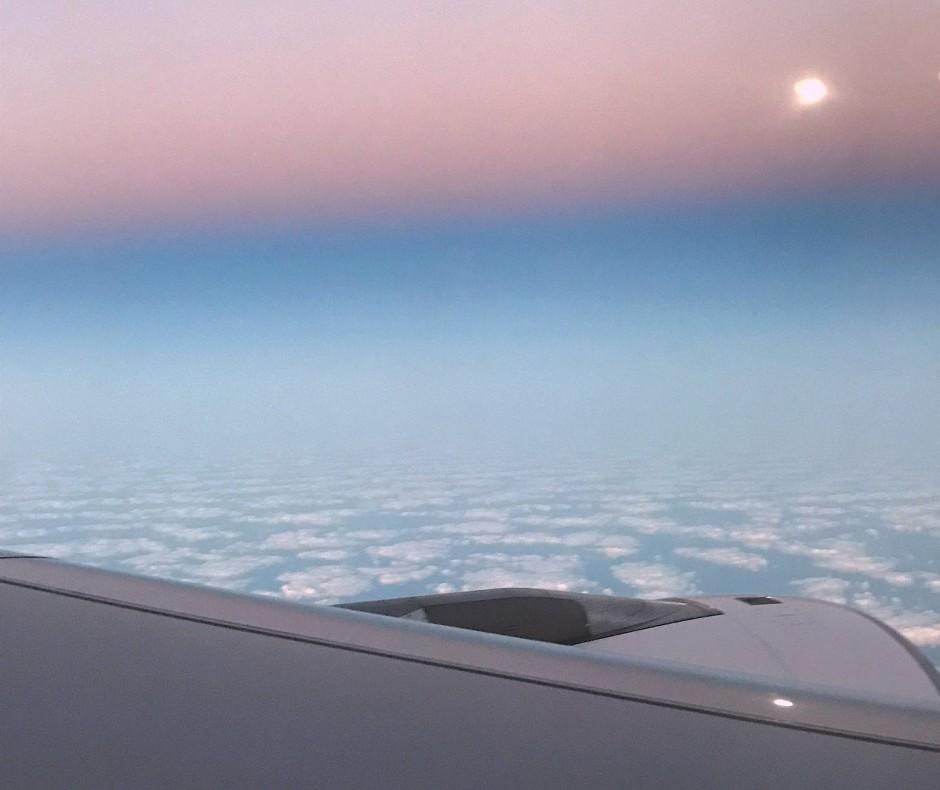 Unser Flugzeug nach Paris hebt um 2 Uhr morgens ab. Als ich aufwache, steht die Sonne schon fast am Himmel. Der Mond zeigt sich als glänzendes Objekt über den Wolken. Langsam wird mir bewusst, dass ich in Sicherheit bin und in eine der schönsten Städte der Welt fliege.