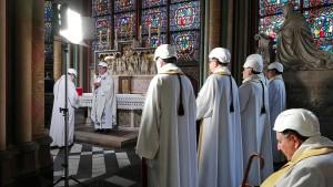 Gottesdienst mit Helm in Notre-Dame