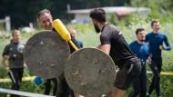 """Vor dem Gewitter: Teilnehmer des """"Strong Viking""""-Hindernislaufs kämpfen am Samstag mit Schild und Stange in Wächtersbach."""