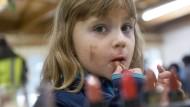 Ein Flüchtlingskind spielt im Registrierungszentrum in Traiskirchen.