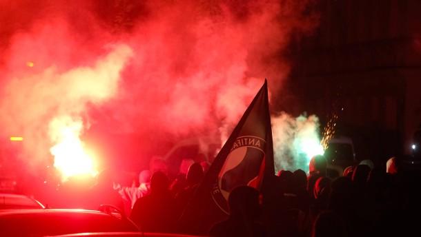 Linke Demonstranten bewerfen Polizisten mit Flaschen und Pyrotechnik