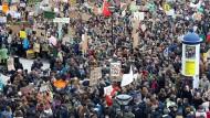 """""""Fridays for Future""""-Demonstration in Rostock am 15. März. Gingen die Schüler nicht während der Schulzeit auf die Straße, wäre es kein richtiger Protest. Das bringt jedoch Nachteile."""