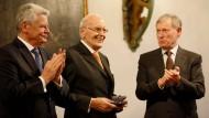 Joachim Gauck (links) und Horst Köhler (rechts) überreichen Roman Herzog den Ehrenpreis.