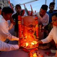 Mitarbeiter der indischen Kongress-Partei feiern den 150. Geburtstag von Mahatma Gandhi.