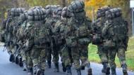 Soldaten lernen in der Grundausbildung marschieren