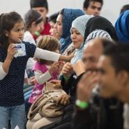 Asylbewerber warten in einem Ankunftszentrum in Gießen (Archivbild).