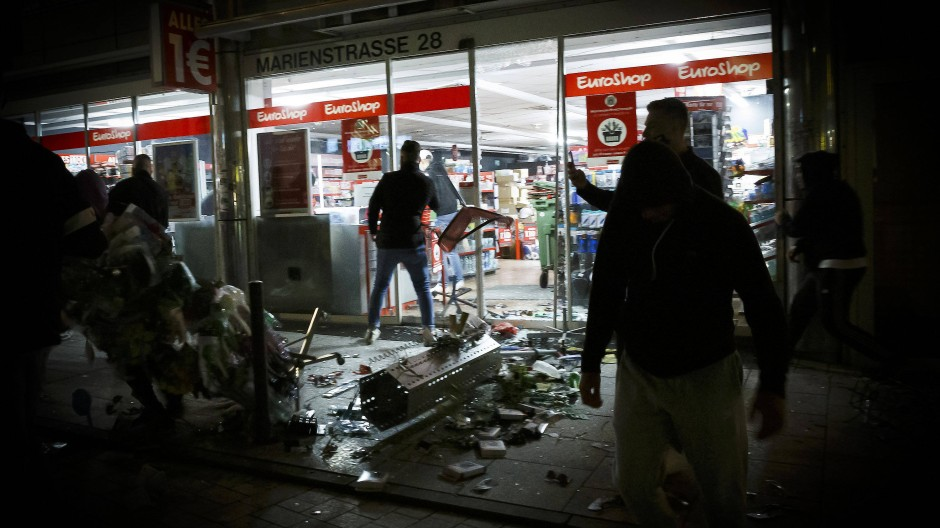 Plünderung und Straßenschlachten