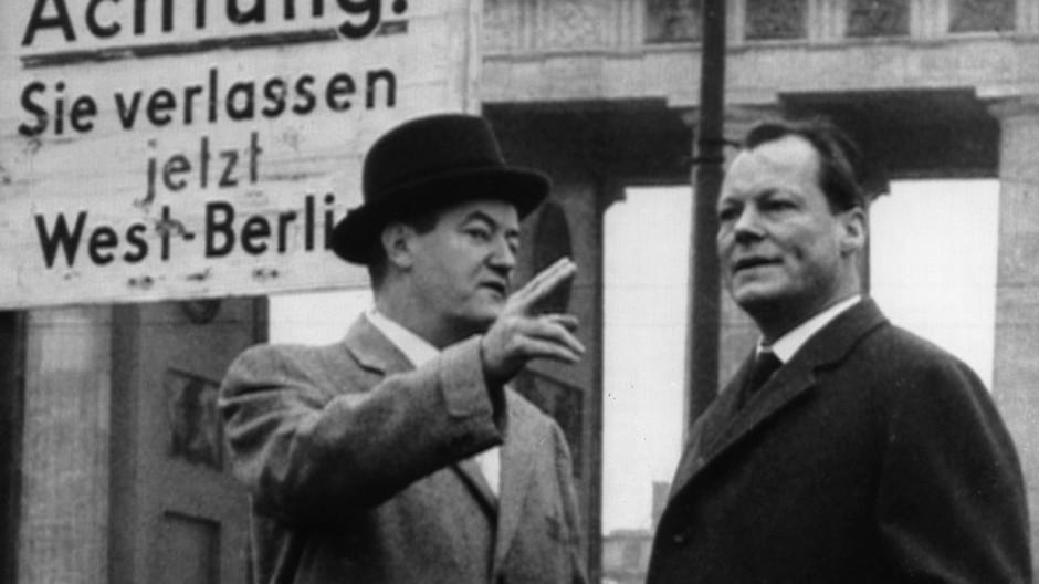 Schutzmacht Amerika: Der amerikanische Senator und Demokrat Hubert Humphrey mit Berlins Regierendem Bürgermeister Willy Brandt 1958 vor dem Brandenburger Tor.