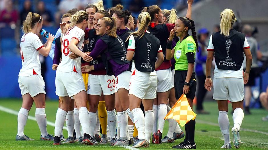 Englands Frauen bejubeln das zweite Tor gegen Norwegen.