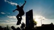 Der gläserne Turm der Europäischen Zentralbank gibt für die Skateboarder im Concrete Jungle des Hafenparks eine imposante Kulisse ab.