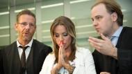 Gina-Lisa Lohfink, umringt von ihren beiden Anwälten.