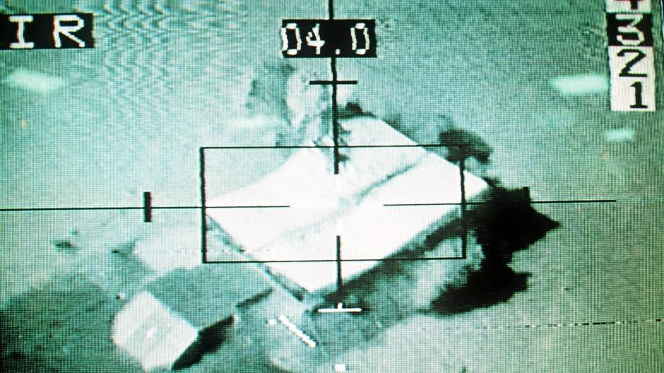 Bilder des Krieges als technologische Feinarbeit: Explodierendes Zielobjekt im Fadenkreuz eines Bombers, aufgenommen von einem am Flugzeug befestigten Videogerät
