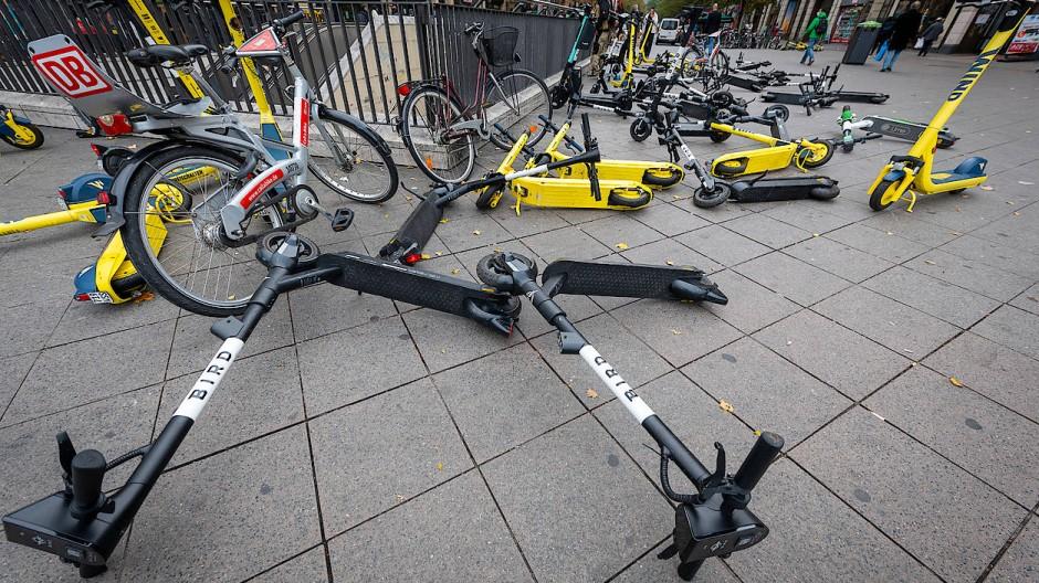 Alltagschaos: E-Roller auf dem Gehsteig am Kaisersack.