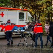 Sanitäter schieben in Heilbronn eine verletzte Schülerin zu einem Rettungswagen.