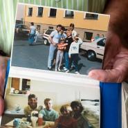 Das Familienalbum zeigt Margitta und Gundhardt Lässig mit ihren beiden Kindern im Aufnahmelager Gießen.